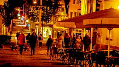 Nach der Sperrstunde verlassen die Nachtschwärmer am Samstag in Bretten den Marktplatz.