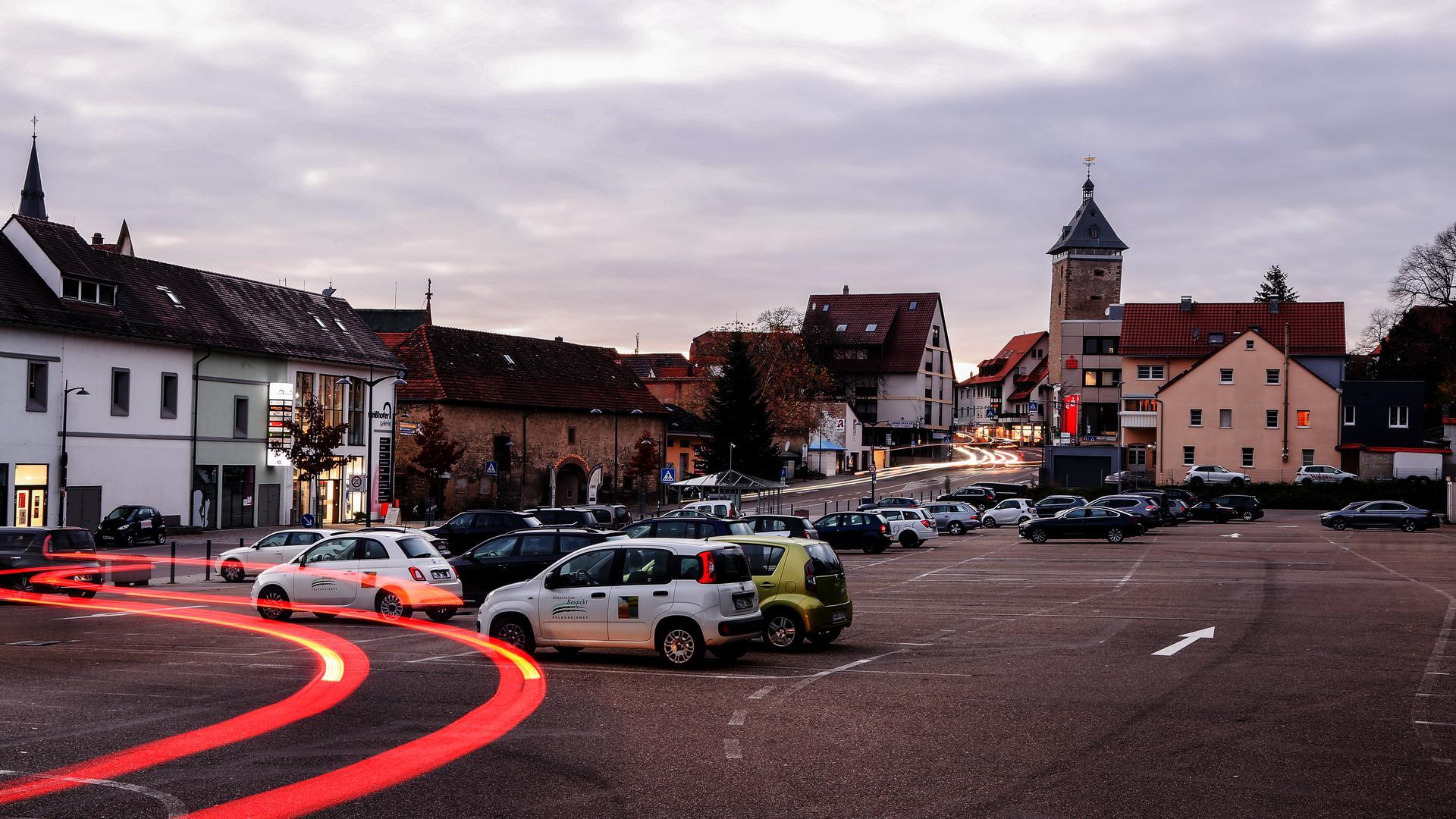 Nächtliche Parkplatzszene auf dem Sporgassenareal in Bretten.