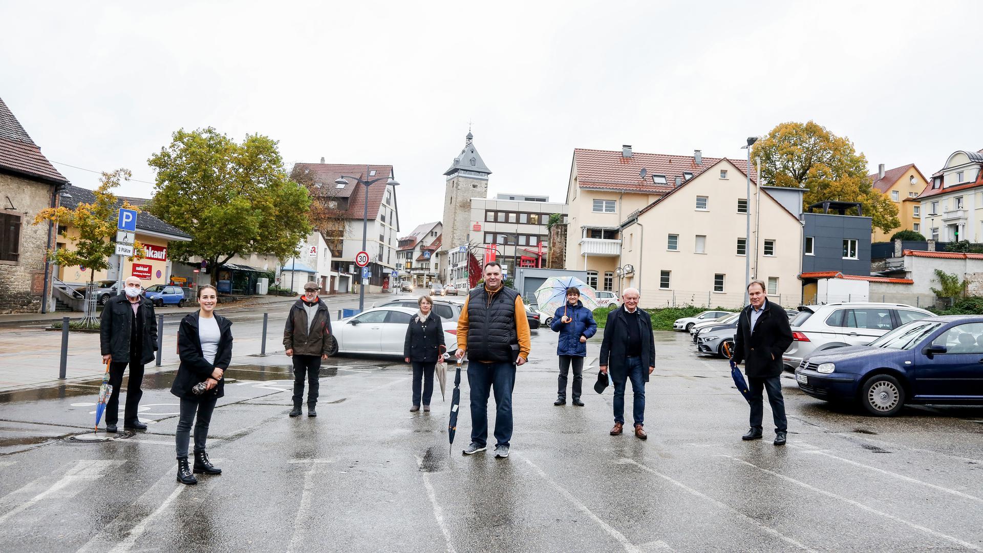 Stadtspaziergang der Brettener CDU-Fraktion mit Landtagskandidat Ansgar Mayr (Vierter von rechts) auf dem Sporgassen-Parkplatz.