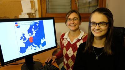 Mutter und Tochter am PC