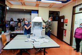 Um 18 Uhr beginnen Isabel Obronschka (links) und Sarah Kraus (rechts) im Brettener Rathaus mit dem Auszählen der Stimmen.