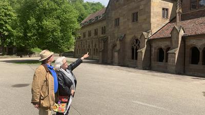 Uwe (links) und Katja Seitz (rechts) aus Dettenheim stehen im Klosterhof.