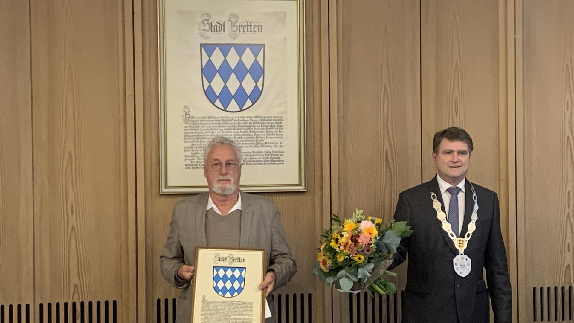 Verabschiedung von Stadtrat Hans Joachim Reiber (links) durch Brettens OB Martin Wolff (rechts).