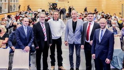 Sechs Männer in voller Halle