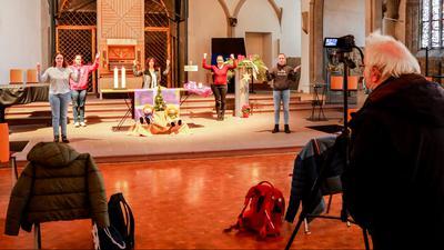 Leute in Kirche bei Filmaufnahmen