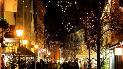 Der Weihnachtsmarkt in Bretten in der Fußgängerzone.