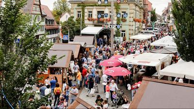 Ein Bild aus besseren Tagen: Der Brettener Weinmarkt auf und rund um den Marktplatz ist immer sehr gut besucht. Wegen Corona kann die Veranstaltung in diesem Jahr in der gewohnten Größe nicht stattfinden.