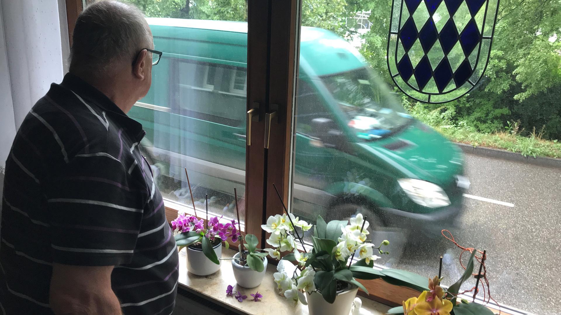 Mann schaut aus Fenster