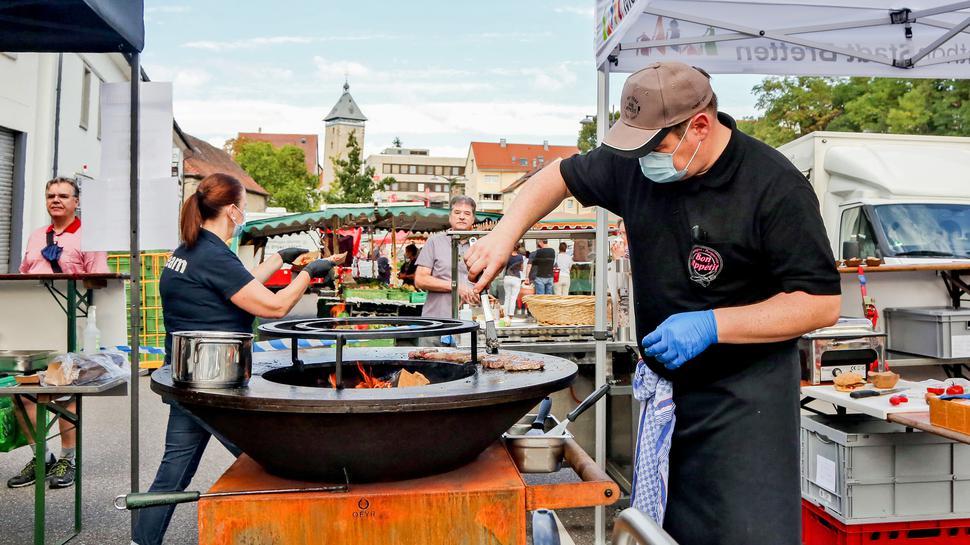 Metzgermeister Axel Zickwolf brät Steaks auf einer Kombination aus Grill und Kochstelle über offenem Feuer. Das neue Gerät heißt Ofyr.