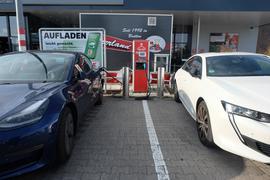 Eingestöpselt: Zwei E-Autos werden auf dem Parkplatz der Kaufland-Filiale geladen. Den beiden Fahrzeigen reicht dabei die eine vorhandene Ladestation.Foto:
