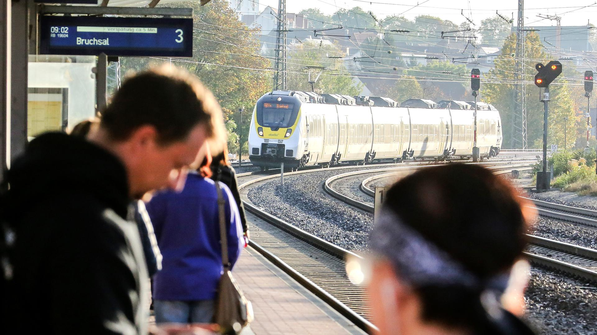 Der Zug nach Bruchsal - wie so oft verspätet.