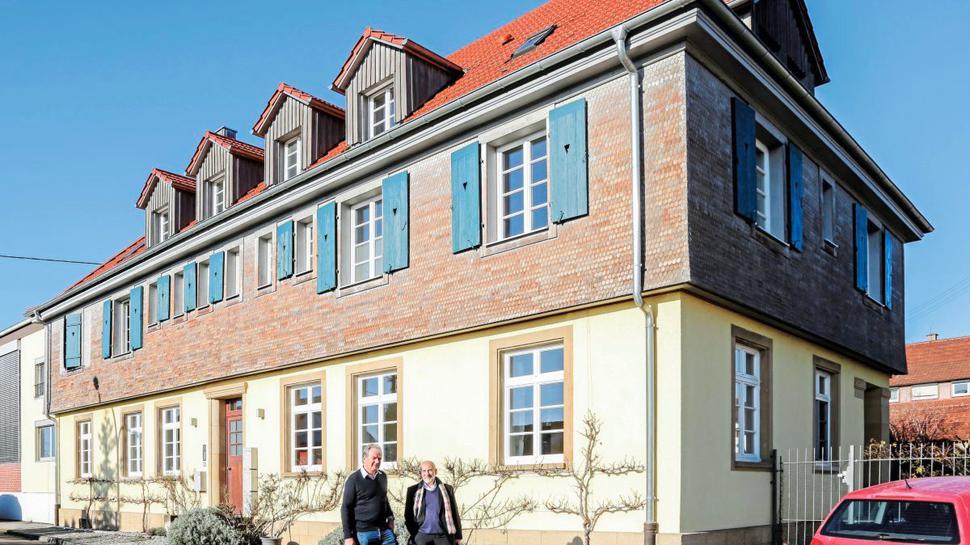 Der einige Bahnhof in Deutschland, der nie einen Zug gesehen hat, ist der in Knittlingen. Bürgermeister Heinz-Peter Hopp (links) – hier mit dem heutigen Eigentümer des Gebäudes, Wolf Ehrenberg, würde das gerne ändern.
