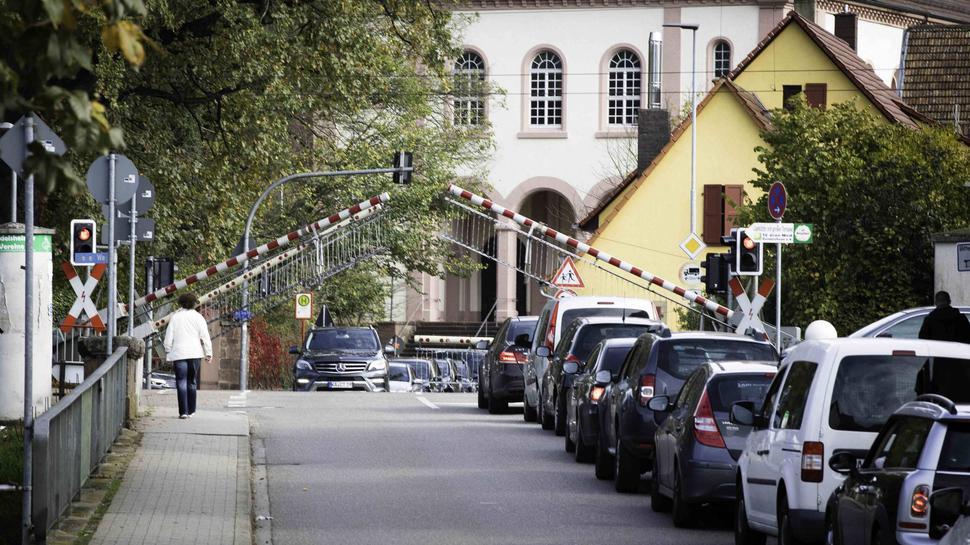 Die langen Schließzeiten am Bahnübergang Gondelsheim sorgen täglich für Staus und manch waghalsiges Manöver.