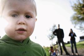 Draußen nur mit den Eltern oder Geschwistern spielen: Wegen des Coronavirus müssen Kinder derzeit auf Spielplätze und das Toben mit Freunden oder auch fremden Kindern in der Natur verzichten.