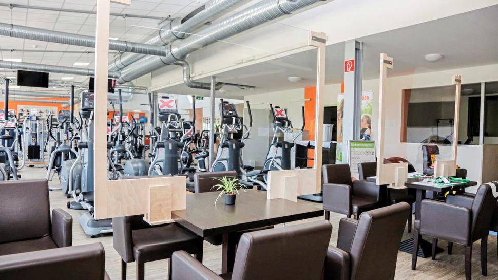 Selbstgefertigt: Mit speziellen Scheiben werden in Brüssles Fitnessstudio die Bereiche getrennt.