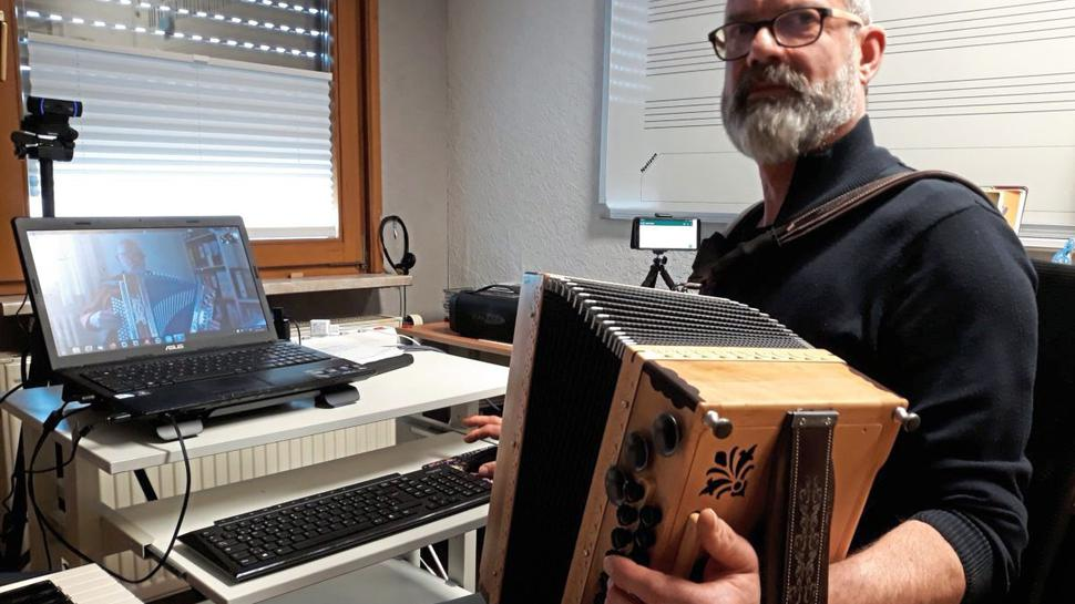Mit Webcam und Bluetooth-Verstärker unterrichtet Thomas Autenrieth aus Knittlingen seine Schüler an der Steirischen Harmonika oder an Tasteninstrumenten.