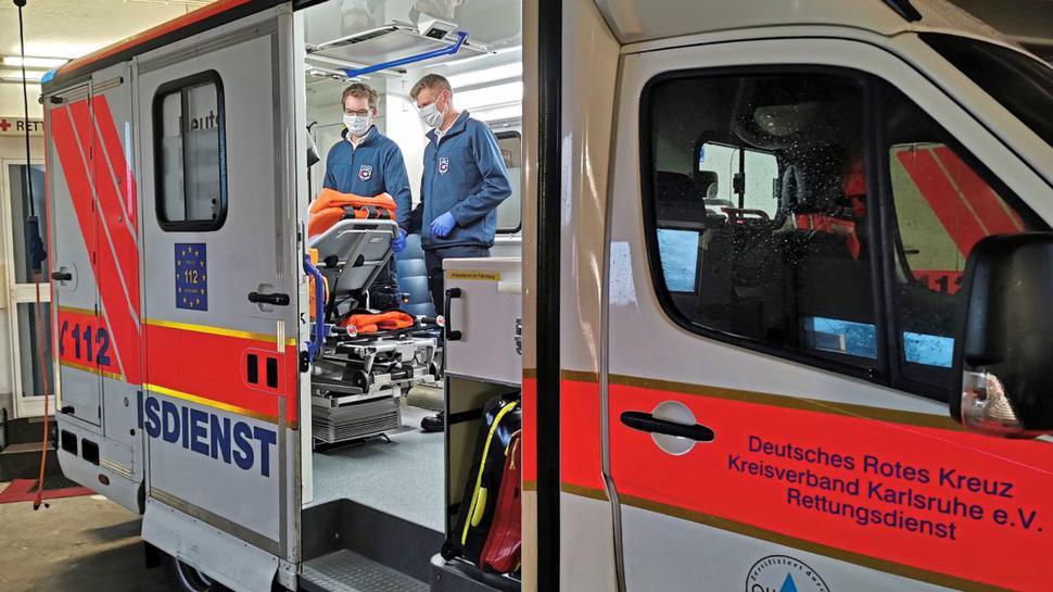 Vorbereitung bei den Rettungskräften: Das Deutsche Rote Kreuz im Kreisverband Karlsruhe hat seine 30 Fahrzeuge seit Wochen bereits ausgestattet mit Schutzkleidung sowie mit Mund-Nasen-Schutzmasken der höchsten Sicherheitsklasse.