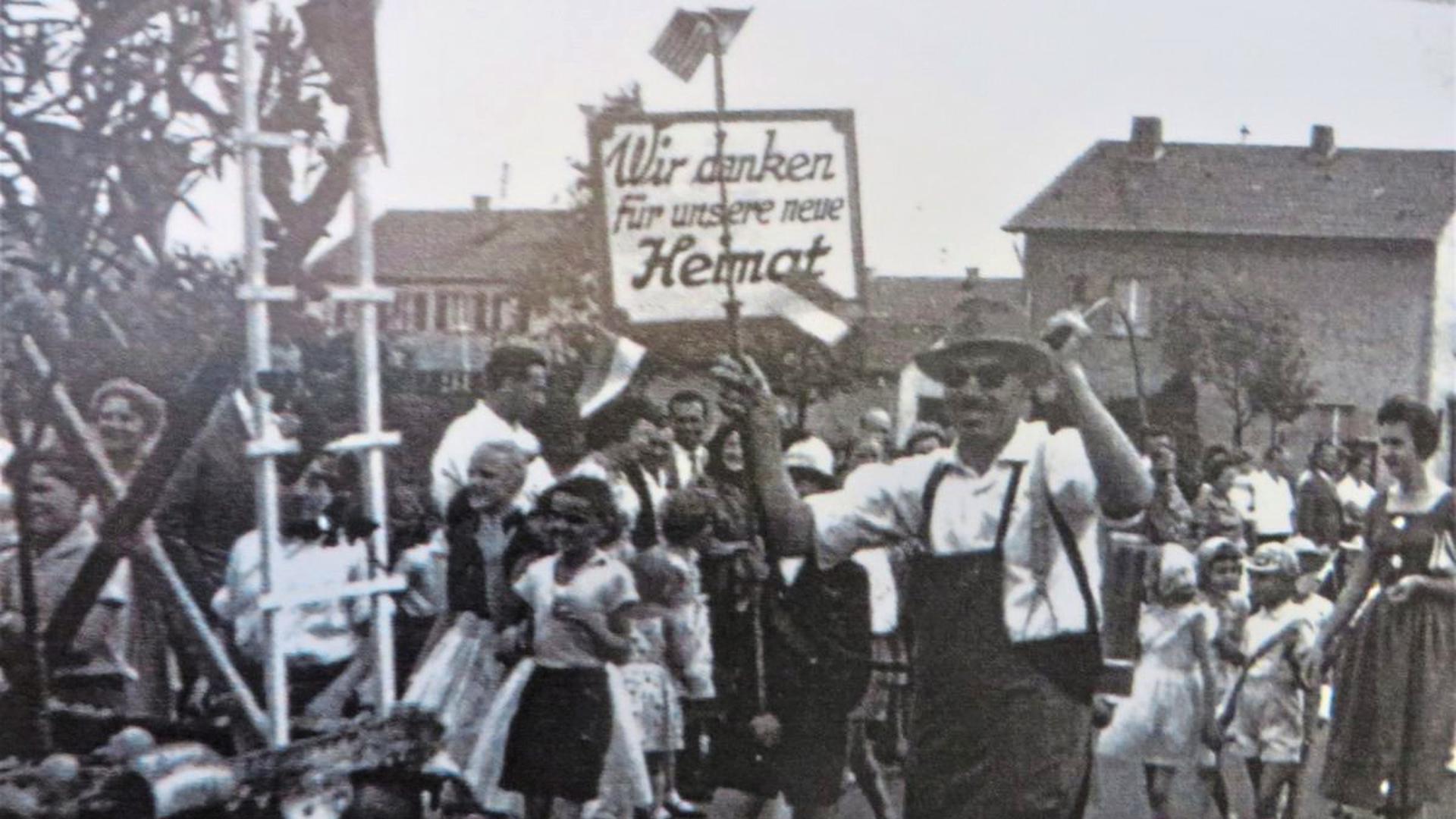 """""""Wir danken für unsere neue Heimat"""": Heimatvertriebene bei einer Veranstaltung in Karlsruhe."""