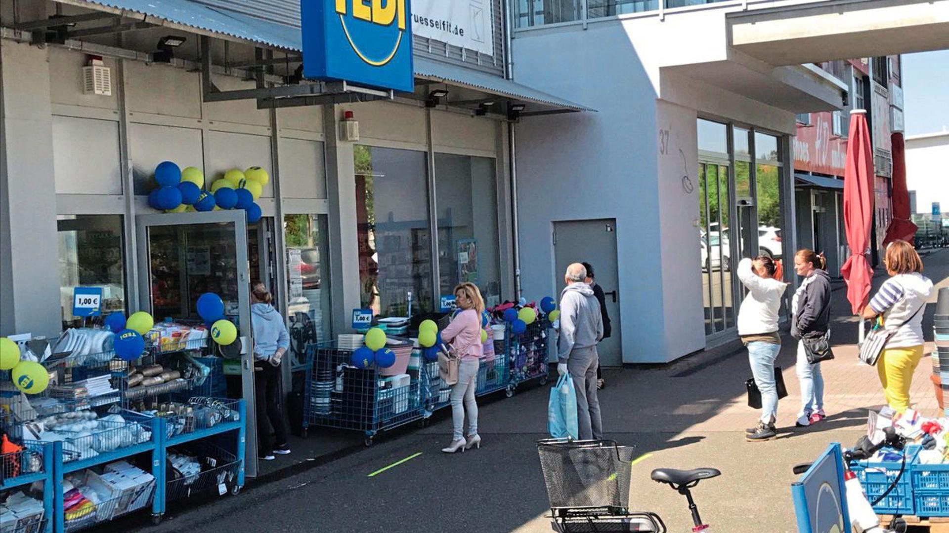 Starker Andrang beim Discounter Tedi: 15 Leute dürfen in den Laden, eben so viele stehen draußen.