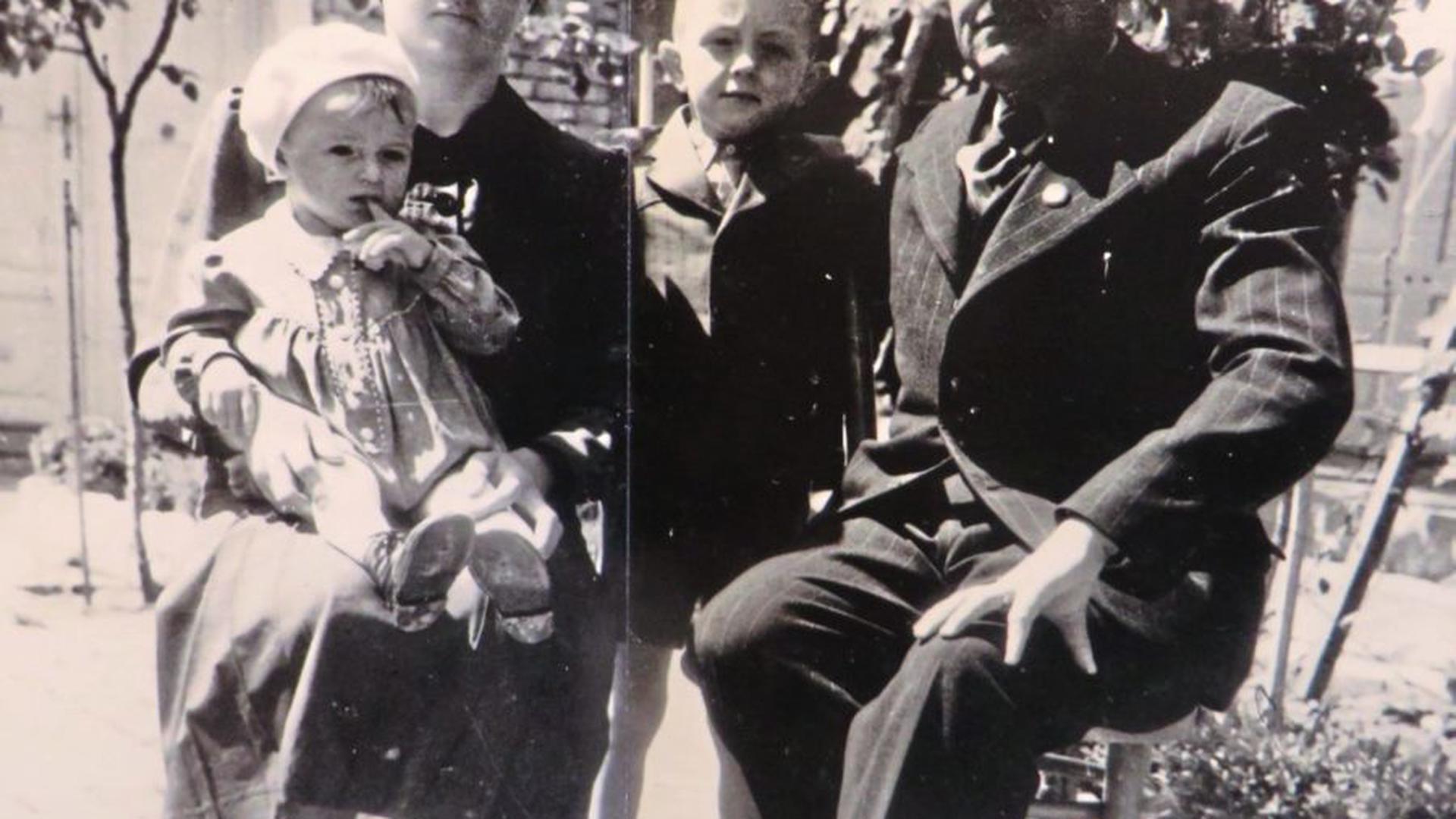 Familie Gerber in ihrer alten Heimat. Der Vater wurde erst zur ungarischen Armee, dann zur Waffen-SS eingezogen - wie alle der Männer im Dorf Kischker. Sebastian Gerber (rechts) war acht, als die Familie floh, sein Bruder (links) gerade zwei Jahre alt.