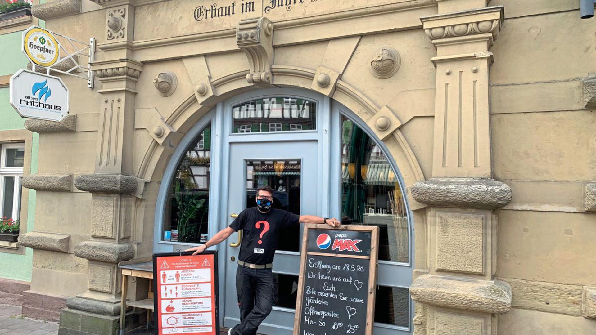 Ingo Jäger, der Inhaber der Gaststätte Altes Rathaus, hat in den vergangenen Tagen dafür gesorgt, dass in seinem Lokal beim Restart alle geforderten Abstands- und Hygienevorgaben erfüllt werden.