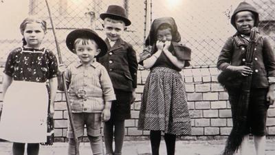 Szenen einer Kindheit: Sebastian Gerber mit Hut und Stab in der Batschka.