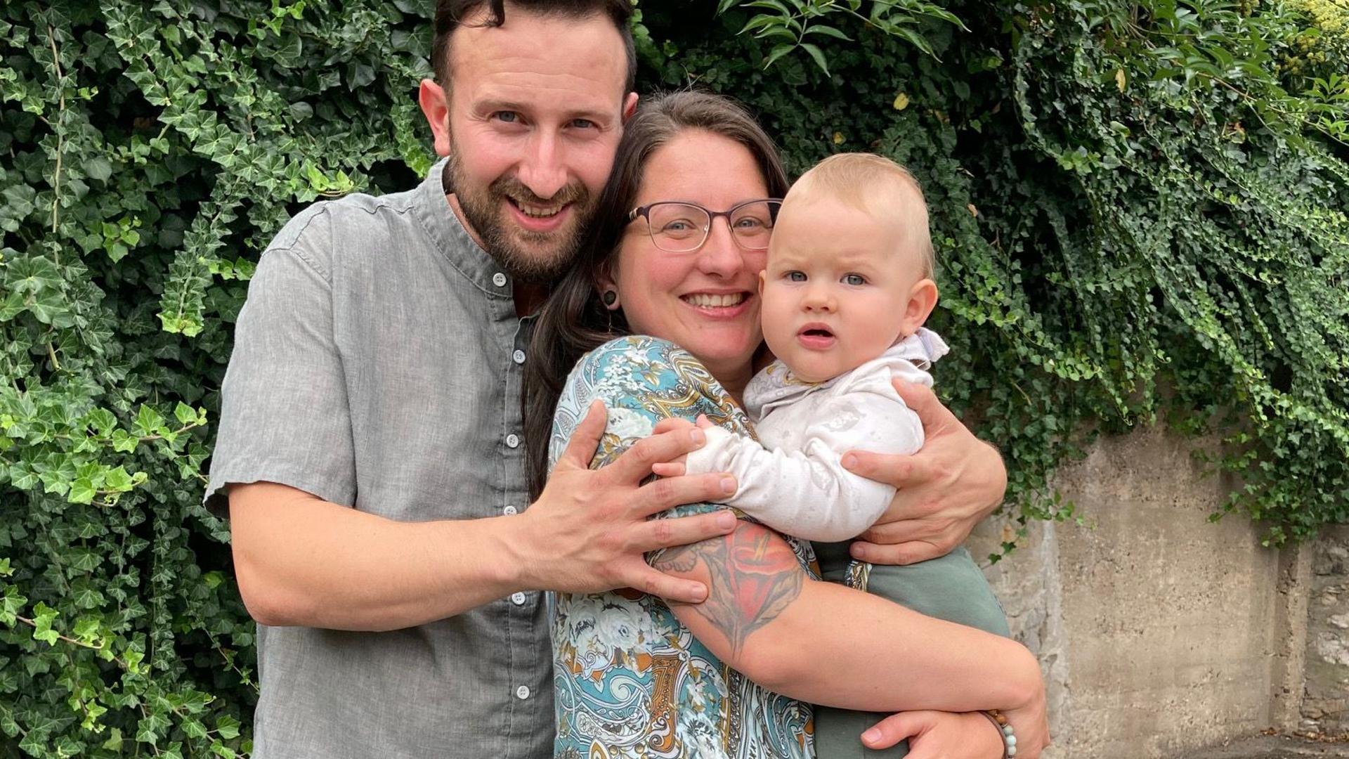 Kleine Familie vor dem Neuanfang: Eine Rückkehr in die Flutgebiete ist für Benjamin Friedrich und seine Partnerin Jessica Kurth ausgeschlossen. Sie wollen ihrem Sohn Charlie Sicherheit bieten können.
