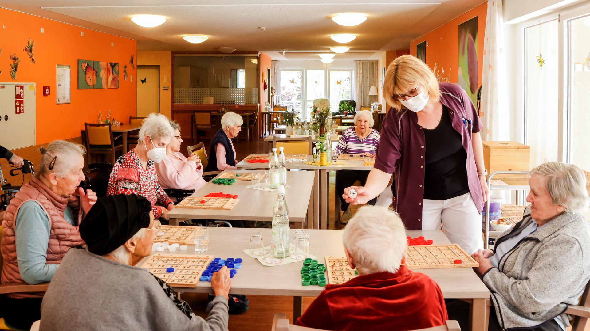 Seniorinnen beim Spielen