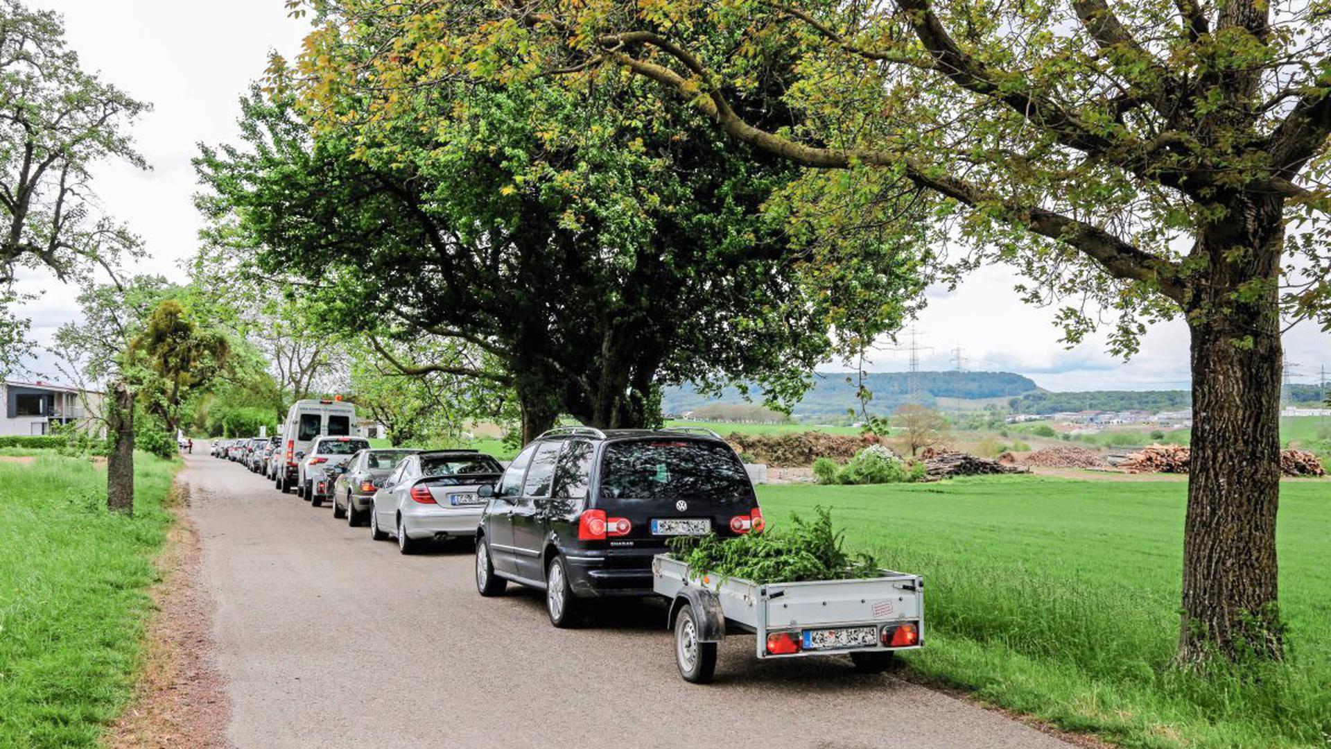 Eine lange Warteschlange hat sich vor dem Grüngutsammelplatz der Stadt Bretten am Ortsausgang Richtung Großvillars gebildet.