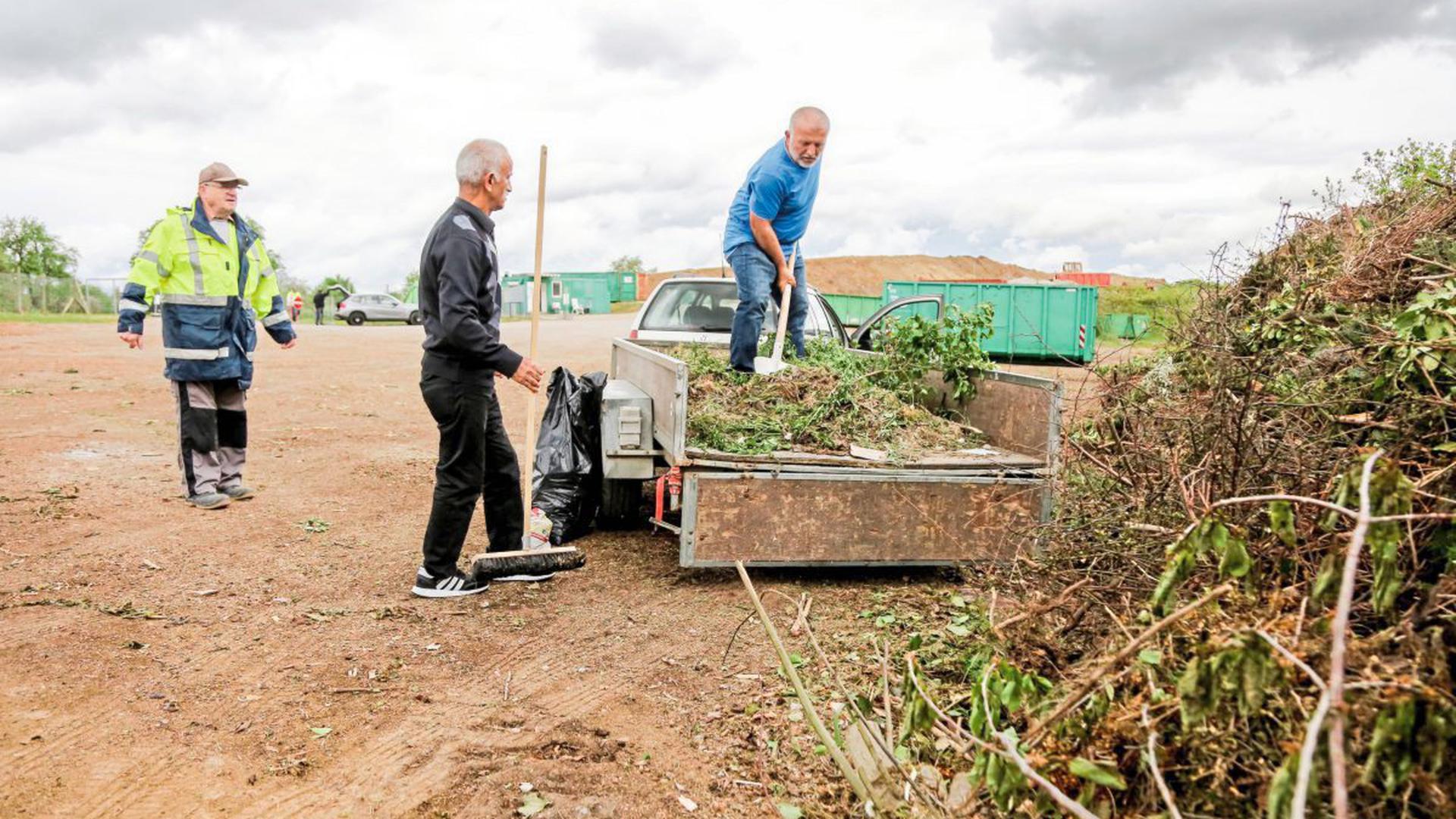 Rückwärts einparken und abladen: Auch auf der Flehinger Grüngutdeponie nutzen viele Kleingärtner die Gelegenheit, Rasen- und Strauchschnitt loszuwerden.