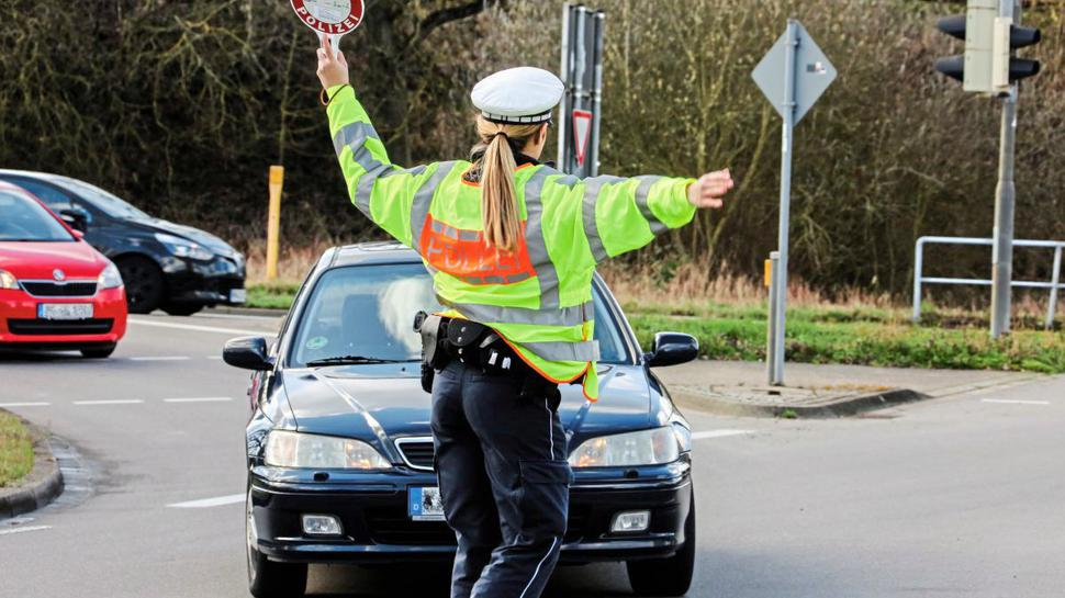 Stopp und hier entlang - 30 Polizeibeamtinnen und Beamte, vorwiegend aus Bretten und Mannheim, kümmerten sich um die Sicherheit im Straßenverkehr.