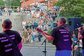 Die Stimmung tat sich beim Kultursommer im Bruchsaler Bergfried anfänglich etwas schwer mit den Abständen und anderen Regeln. Doch die beiden Gruppen, Mangold und Uptown-Band, schafften den Dreh mit Spielfreude am Ende doch noch.