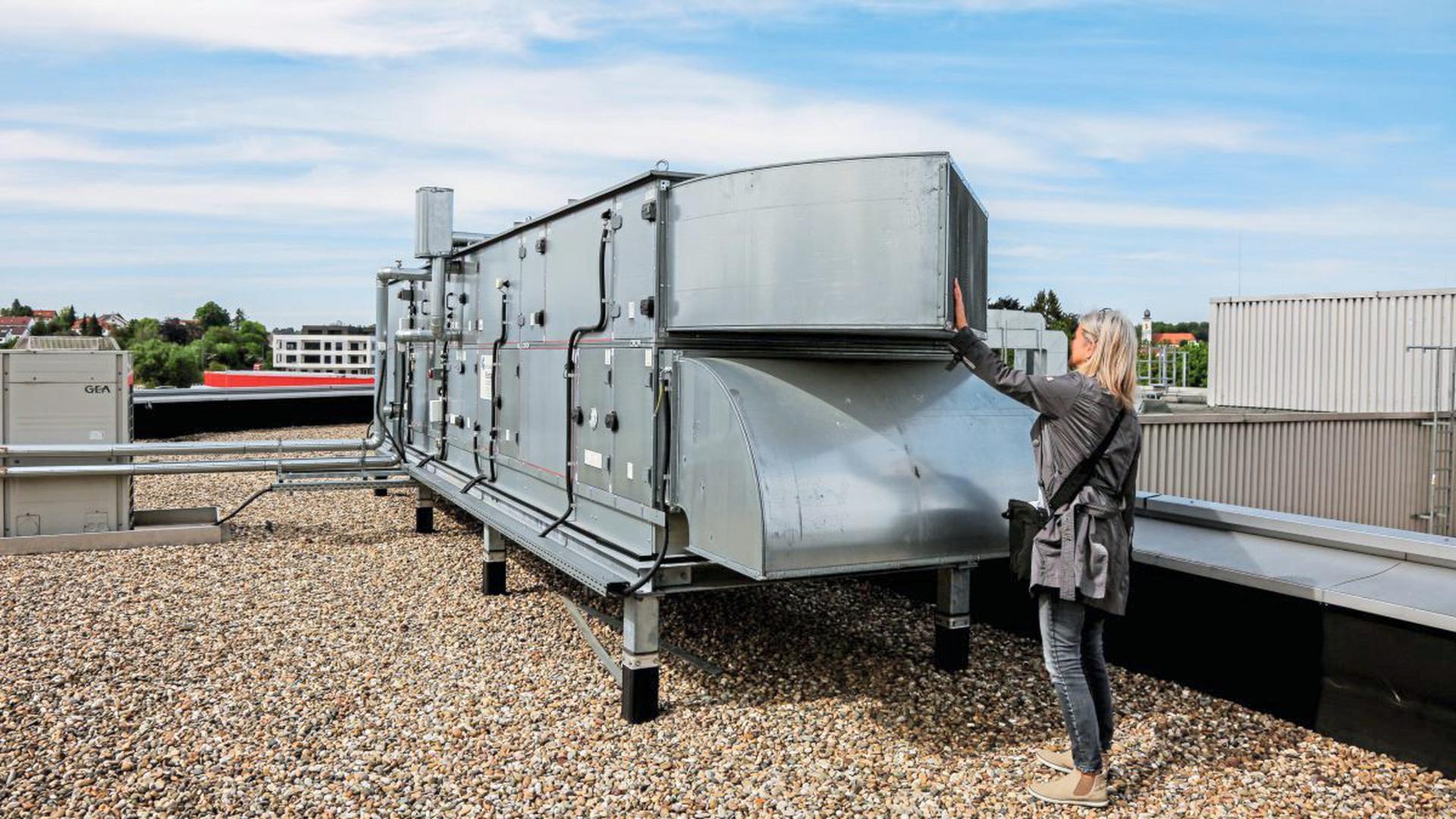 Eine Anlage wie diese werde aus gründen des Abeitsschutzes bald auf dem Dach des Presswerks stehen. Sie werde zwar nur um ein vielfaches größer, aber nicht lauter, versichern Vertreter von BSH/Neff.