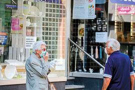 In der Brettener Innenstadt hielten sich die Menschen zu Wochenbeginn weitestgehend an die nun geltende Maskenpflicht.