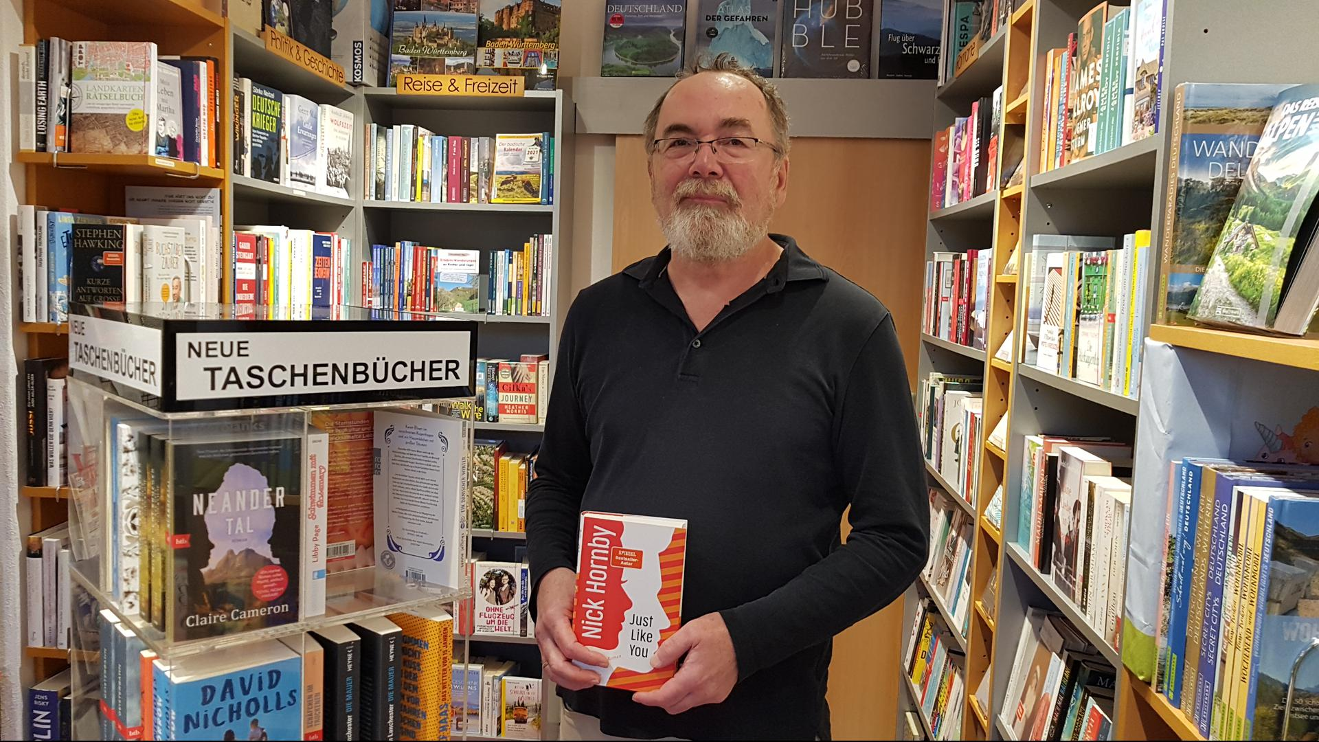 Mann in Buchhandlung