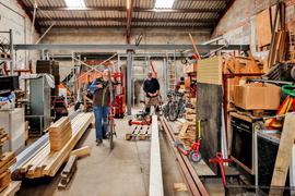 Zwei Männer in Werkstatthalle