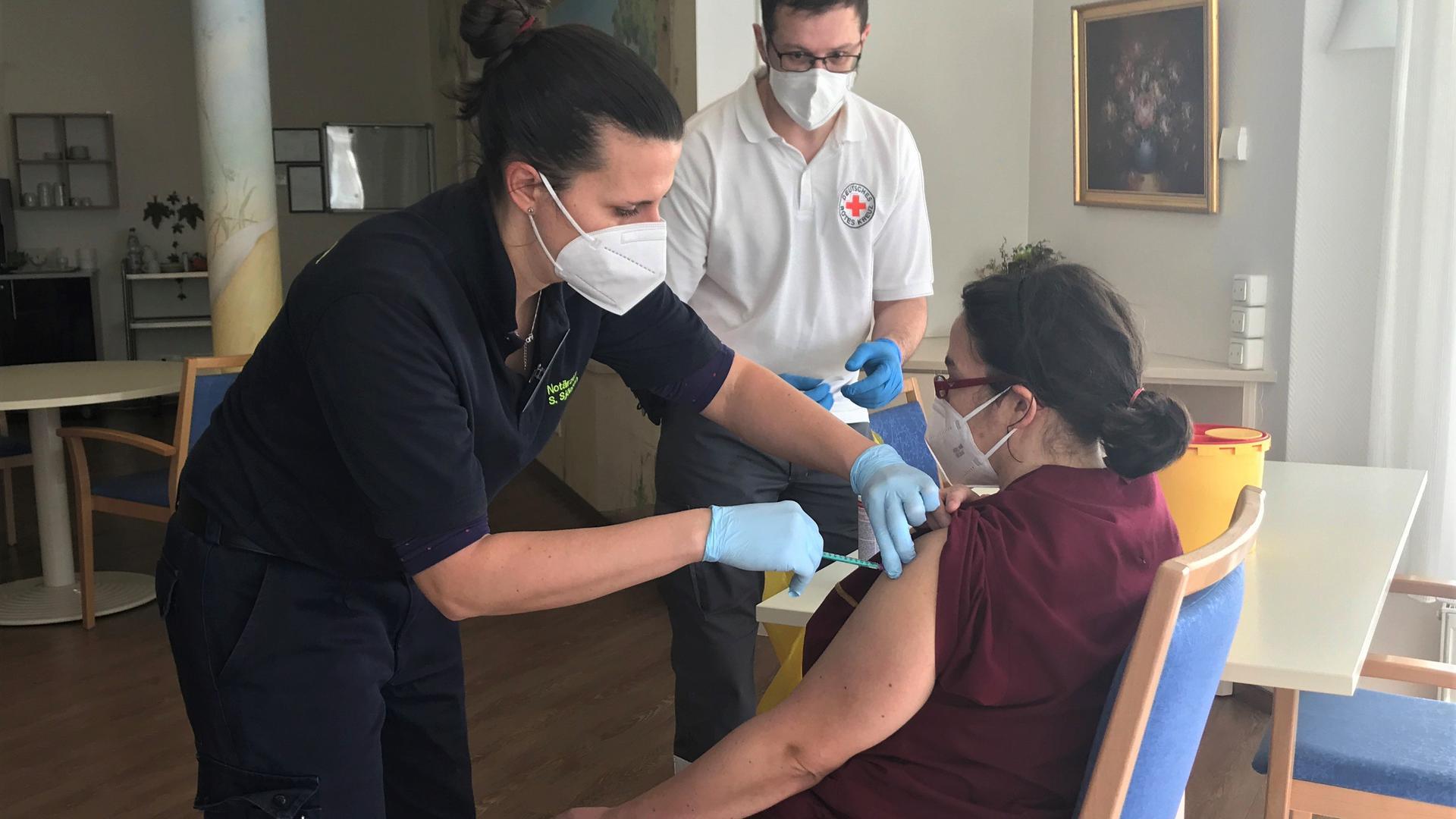 Mobiles Impfteam mit Notärztin Stephanie Sjögren und DRK-Mitarbeiter Martin Spohner beim Impfen in Oberderdingen.