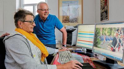 Einmarsch nur digital: Das Brettener Peter-und-Paul-Fest wird in diesem Jahr coronabedingt nur online gefeiert. Annette Frank, die IT-Spezialistin der Vereinigung Alt-Brettheim, und VAB-Marketingchef Gerhard Franck stecken mit einer Vielzahl von Mitstreitern derzeit bis über die Ohren in den Vorbereitungen.