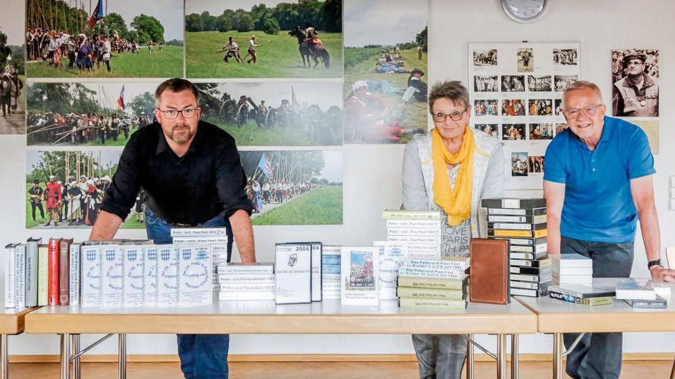 Filmmaterial gesammelt: Fabian Schäfer sowie Annette und Gerhard Franck präsentieren das vorhandene Bildmaterial.