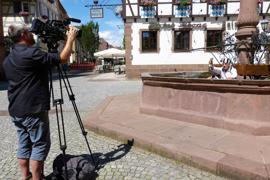 Ab in den Brunnen: Thomas Rebel bringt seinen Frust über das ausfallende Fest mit Grußworten aus dem kühlen Nass zum Ausdruck. Fabian Schäfer filmt dabei.