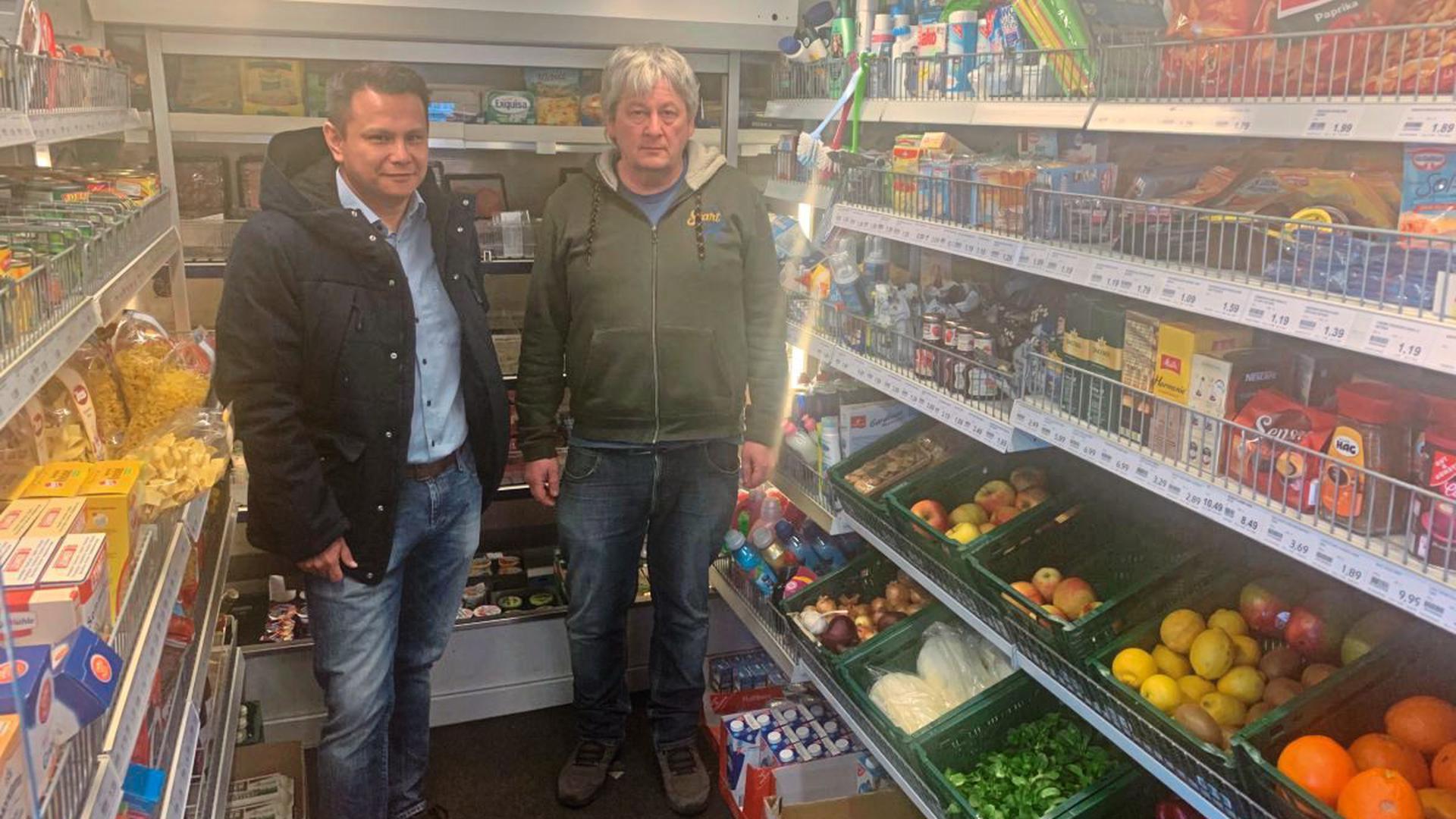 Siegfried Guggolz (rechts) und Ortsvorsteher Timo Hagino hoffen, dass sich der rollende Supermarkt mit seinem großzügigen Warenangebot auch in Rinklingen etabliert und von der Bevölkerung angenommen wird.