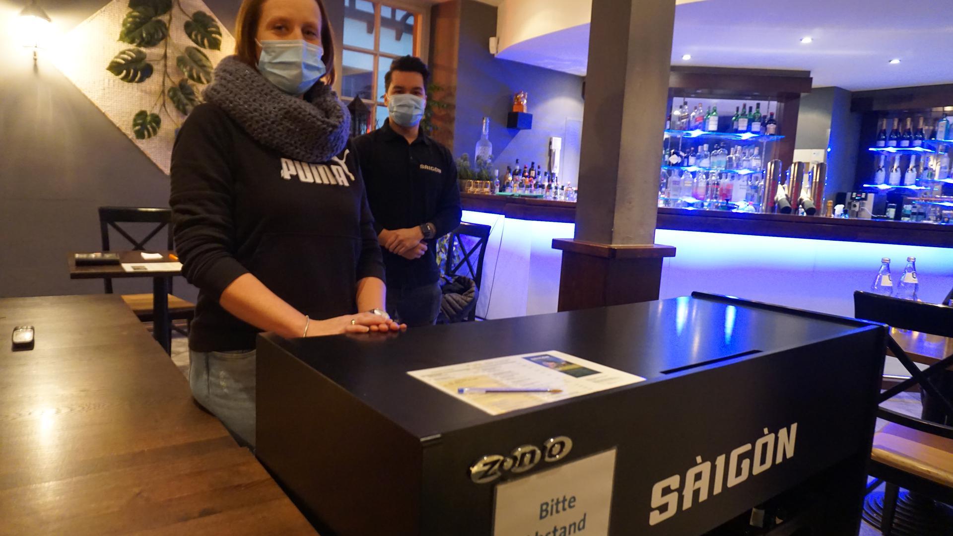 Geschäftsführer des vietnamesischen Restaurants Sàigòn Toni Kluttig und seine Mitarbeiterin Carolin Langlotz nehmen Bestellungen entgegen.