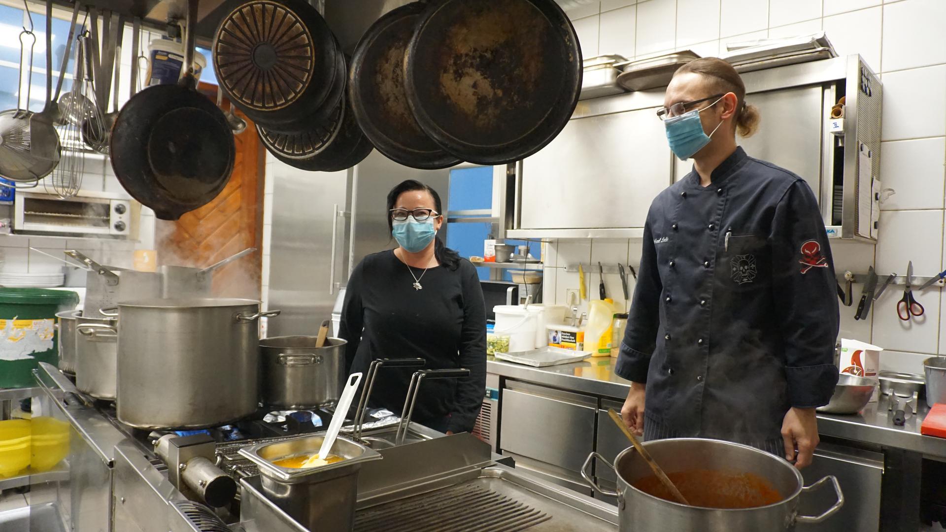 Nadja Oberdorfer und ihr Mitarbeiter Michael Ledić vom Restaurant Schweizer Hof bereiten die Speisen für den Abholservice vor.