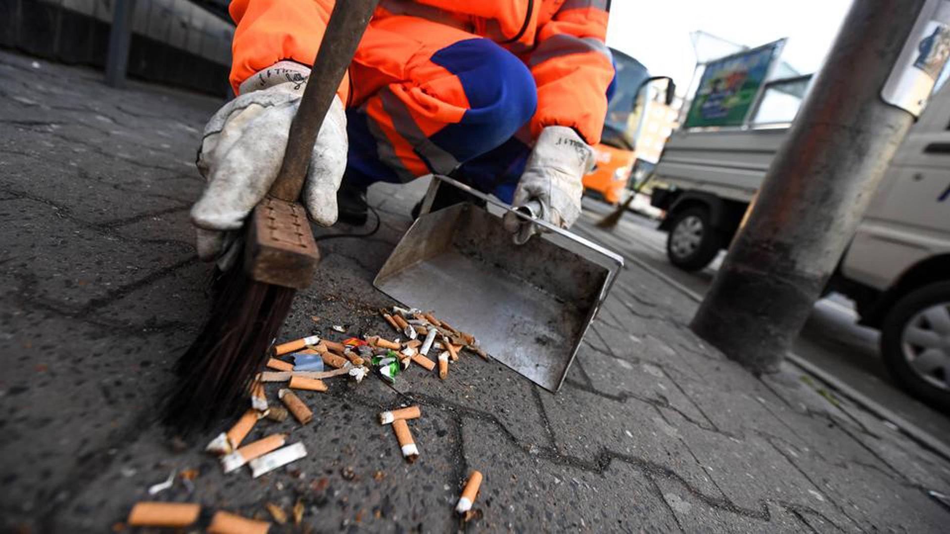 Das Wegwerfen von Zigarettenkippen und anderem Müll soll in Rastatt künftig mit höheren Strafen belegt werden.