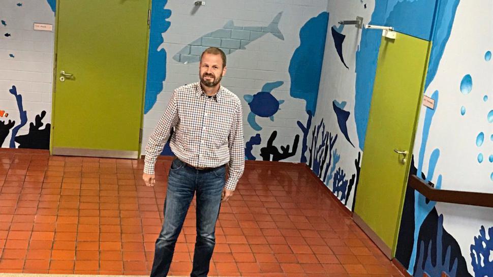 An der Strombergschule Oberderdingens gibt es auch viele schöne Räume und Ecken, wie hier, zeigt Schulleiter Josef Roth.