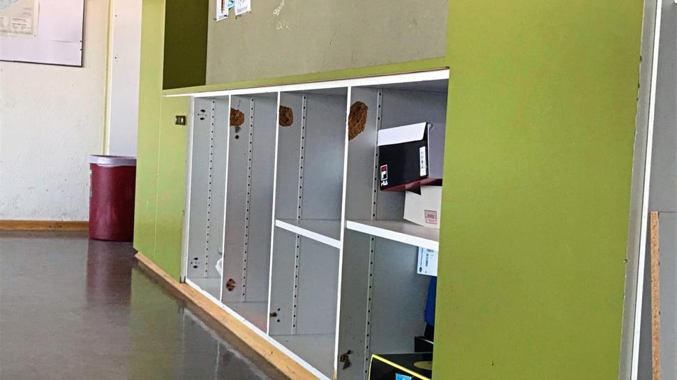 Herausgerissene Schranktüren hinterließen Makel. Doch eins der Klassenzimmer der Strombergschule wird ohnehin umgebaut.
