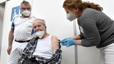 Ehrenbürger Willi May wird geimpft.