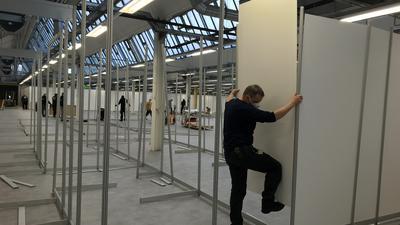 Messebauer stellen derzeit den Innenausbau in der E.G.O.-Halle 4 in Sulzfeld fertig.