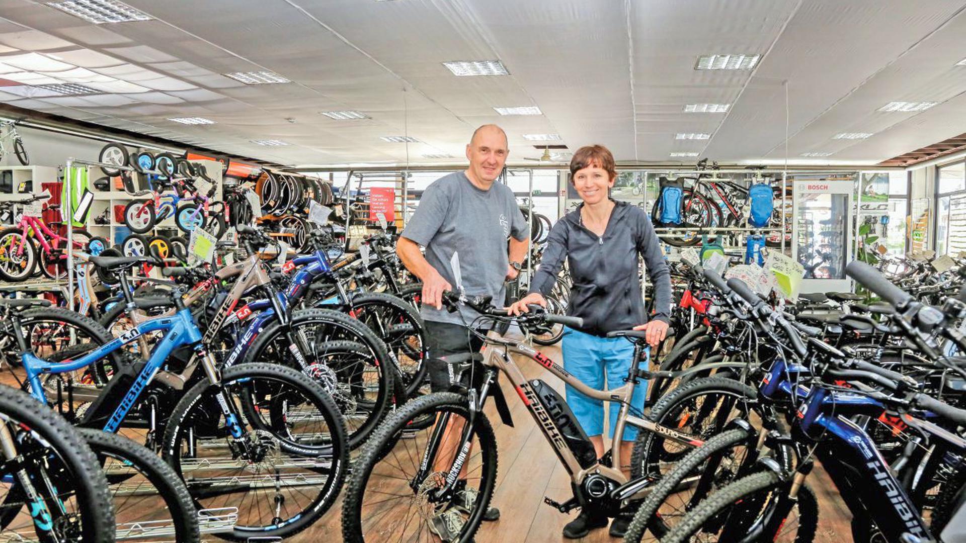 Haben ihr Lager voll: Manuela und Egon Fenrich betreiben das Fahrradgeschäft Tretlager in der Brettener Weißhoferstraße. Ihnen kommt bei den aktuellen Lieferschwierigkeiten zugute, dass sie kräftig eingekauft haben, weil sie demnächst in Mühlacker eine weiteres Geschäft eröffnen wollen.
