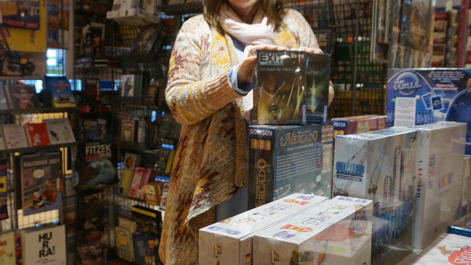 Mit viel Begeisterung präsentiert Ulrike Müller in ihrer Buchhandlung Kolibri die Spielerenner der Saison.